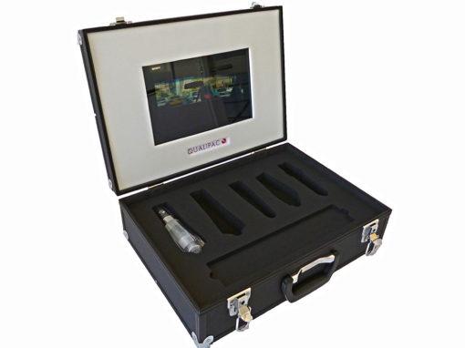Intérieur de valise bicolore pour caler des flacons et un écran