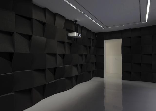 Mur en mousse dans une galerie d'art