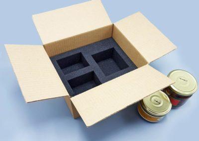 Carton, mousse grise et pots en verre