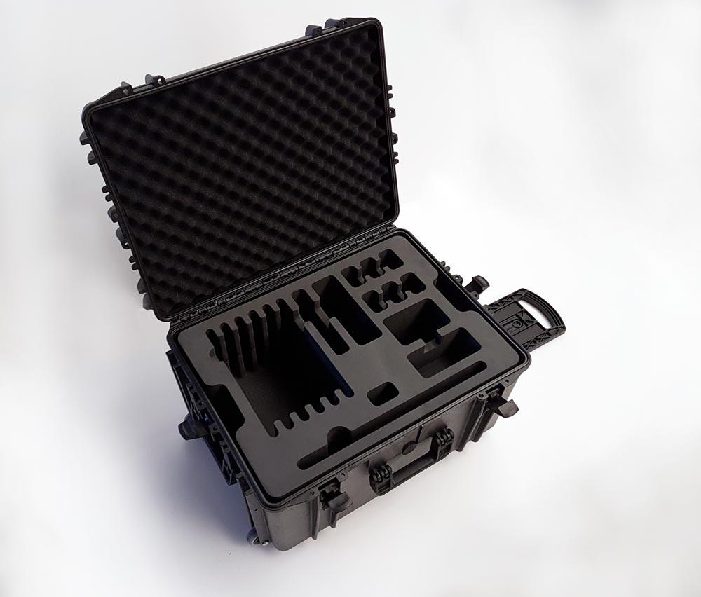 Mousse noire découpée et grande valise noire