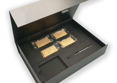 Coffret noire avec gâteaux à message et stylo