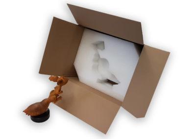 Sculpture en résine SPIP à côté de l'emballage carton