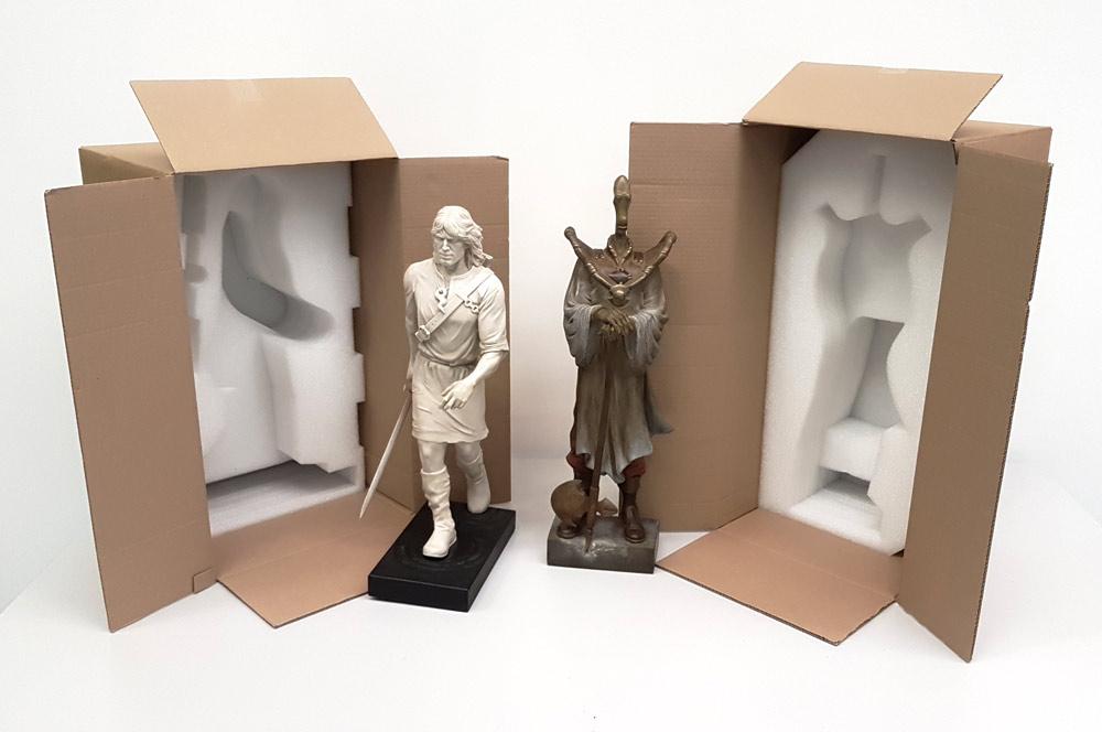 Sculpture Thorgal et le Rige à côté de leurs cartons