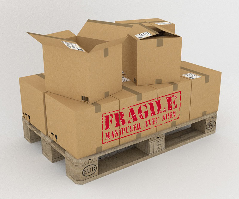 objets fragiles dans carton sur palette