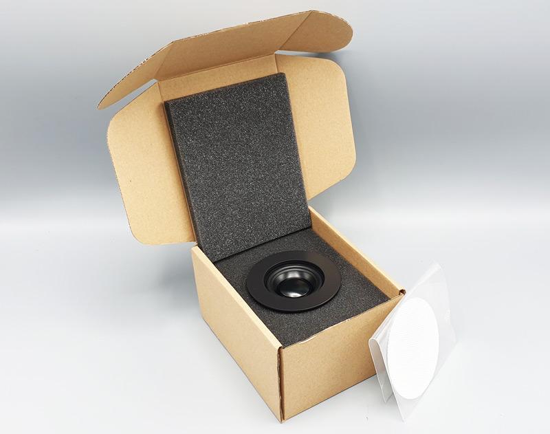 spot encastré dans un carton d'emballage