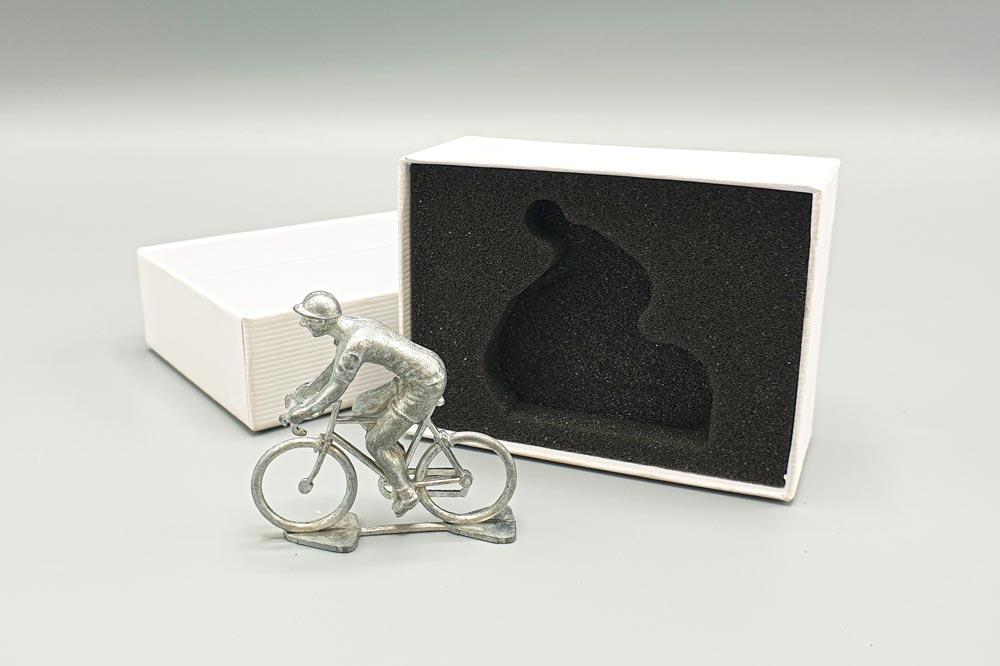 mousse packaging et figurine de cycliste