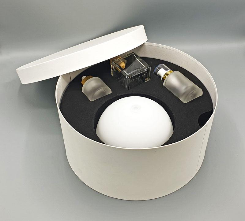 Embalalge cosmetique mousse rigide noire avec objets dans carton