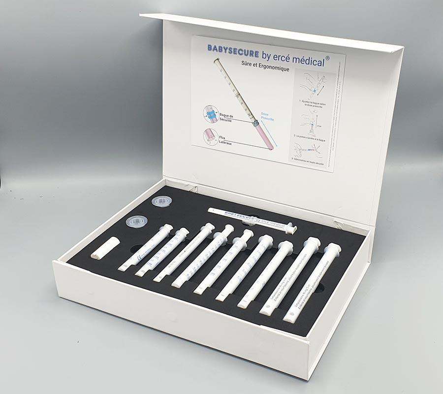 Calage pipettes médicales en mousse noire dans coffret blanc